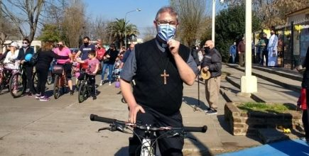 El Padre Obispo Jorge Eduardo se sumó a la bicicletada en la Capilla San Cayetano de Junín