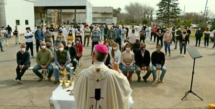 El Padre Obispo celebró la Misa en una fábrica de Suipacha